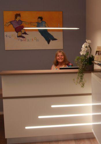 Im Foyer begrüßt Sie unsere freundliche Empfangskraft Angelika.
