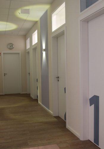 Vom Flur aus sind alle Behandlungsräume direkt zugänglich.